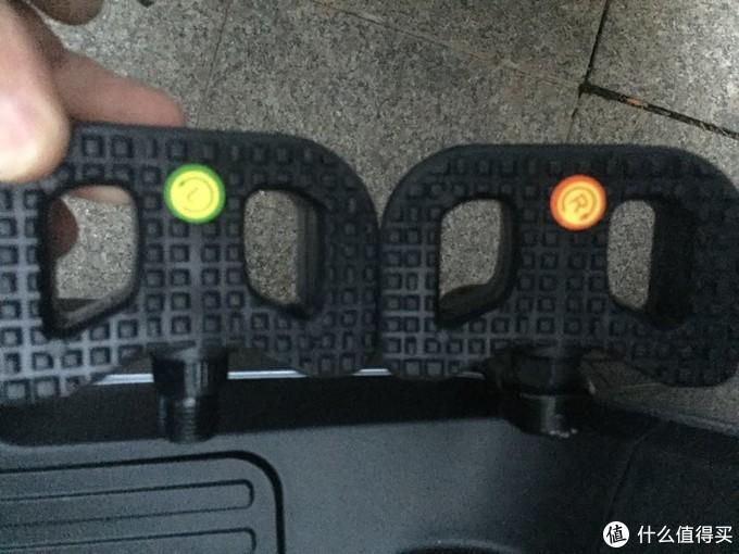 左右脚踏,很小很小的,上面有左右标签,使用6mm的内六角安装,一分钟就能搞定。