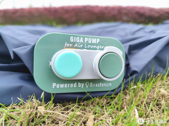 累了就能睡,还能给手机充电,可以随身携带的气垫床