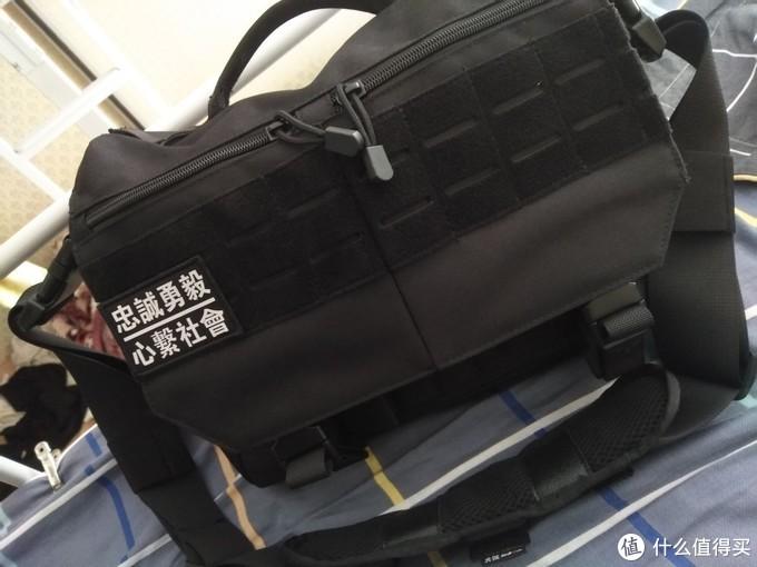 包的内部分隔也很合理,可以放很多EDC小物件