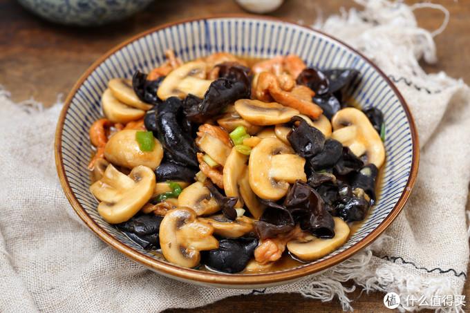 这菌菇爽滑鲜美营养丰富,搭配木耳简单一炒,好吃下饭而且热量低