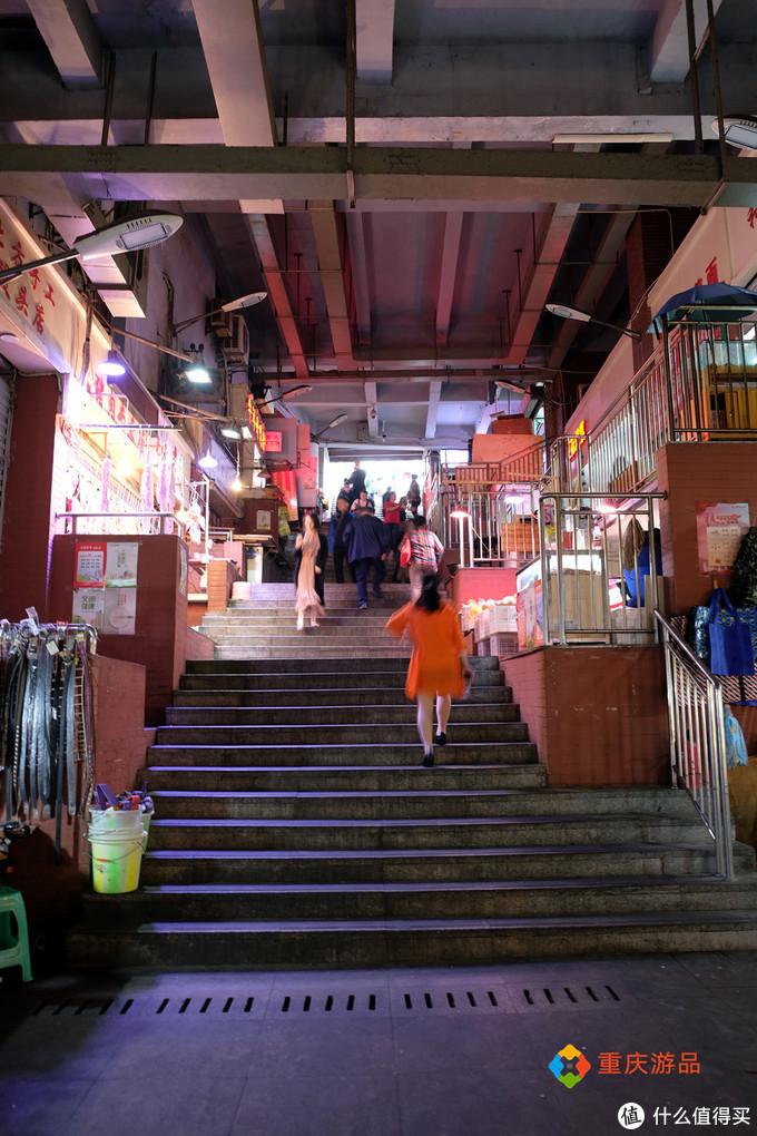 魅力渝中:重庆主城最高人行坡道,旁边就是电梯,却还是非常热闹