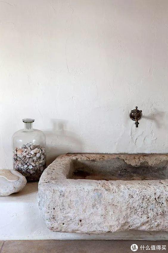 与其说卡戴珊家的洗手池颠覆想象,不如说是设计风格惊艳了你