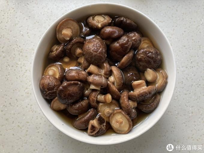 泡完干香菇的水千万别倒,跟香菇一起炖,鲜香美味,比肉菜还好吃