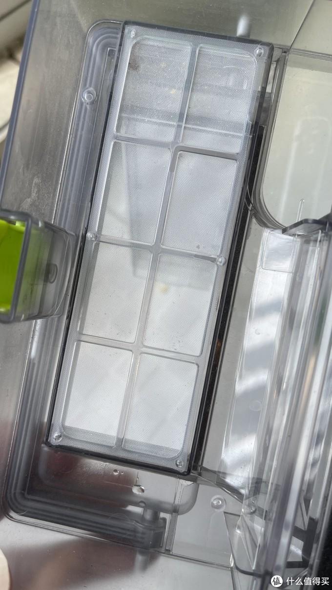 尘盒的细节做得不错,既有隔离过滤棉的钢比网,还有防灰尘掉落的塑料片