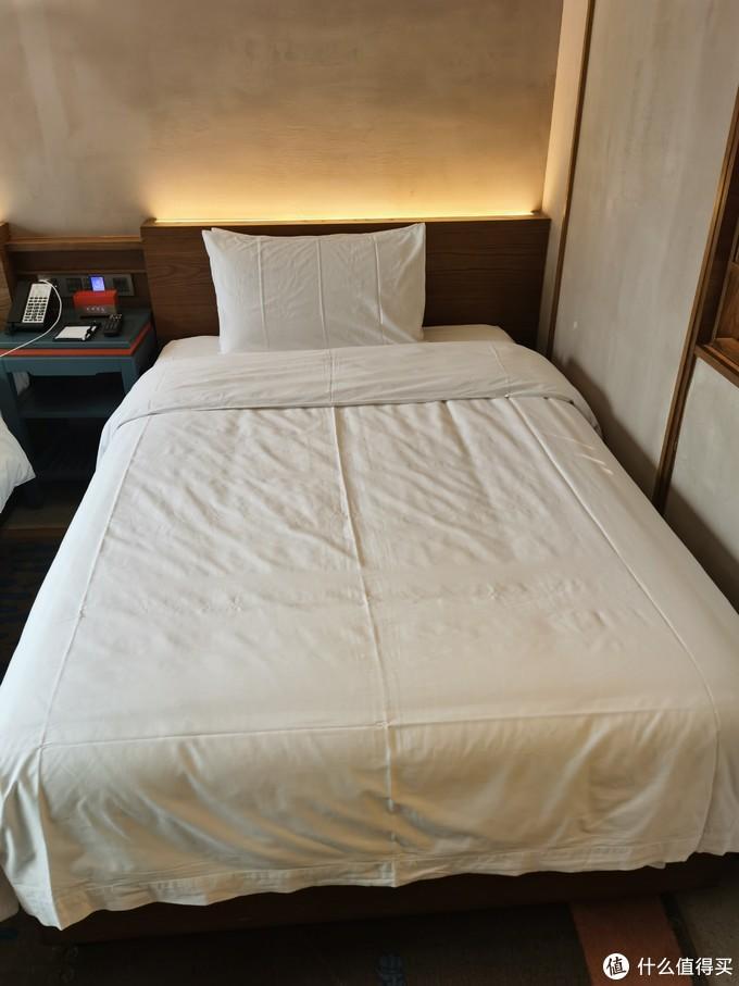 床不错,弹性十足,枕头偏软,符合酒店枕头的一贯特点