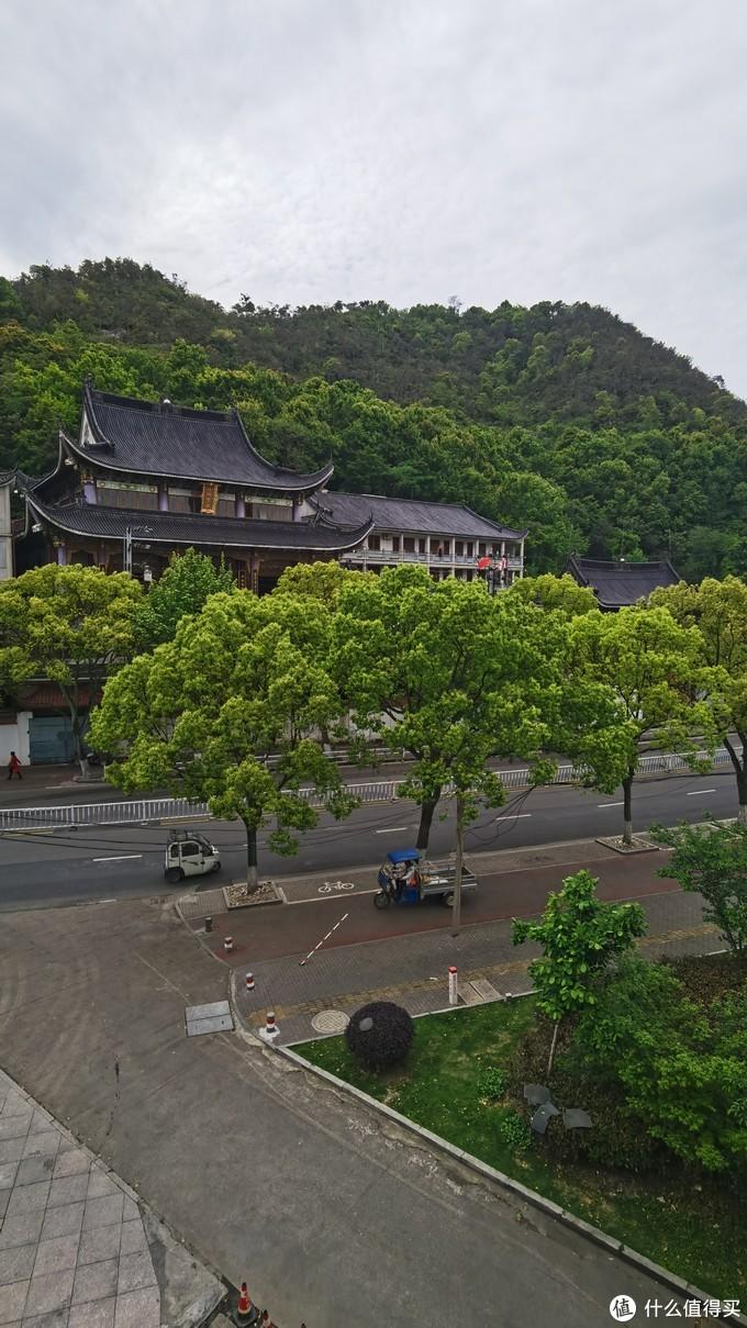 酒店旁边是大悲禅寺,自带安静、详和气息,带着一股子佛气。