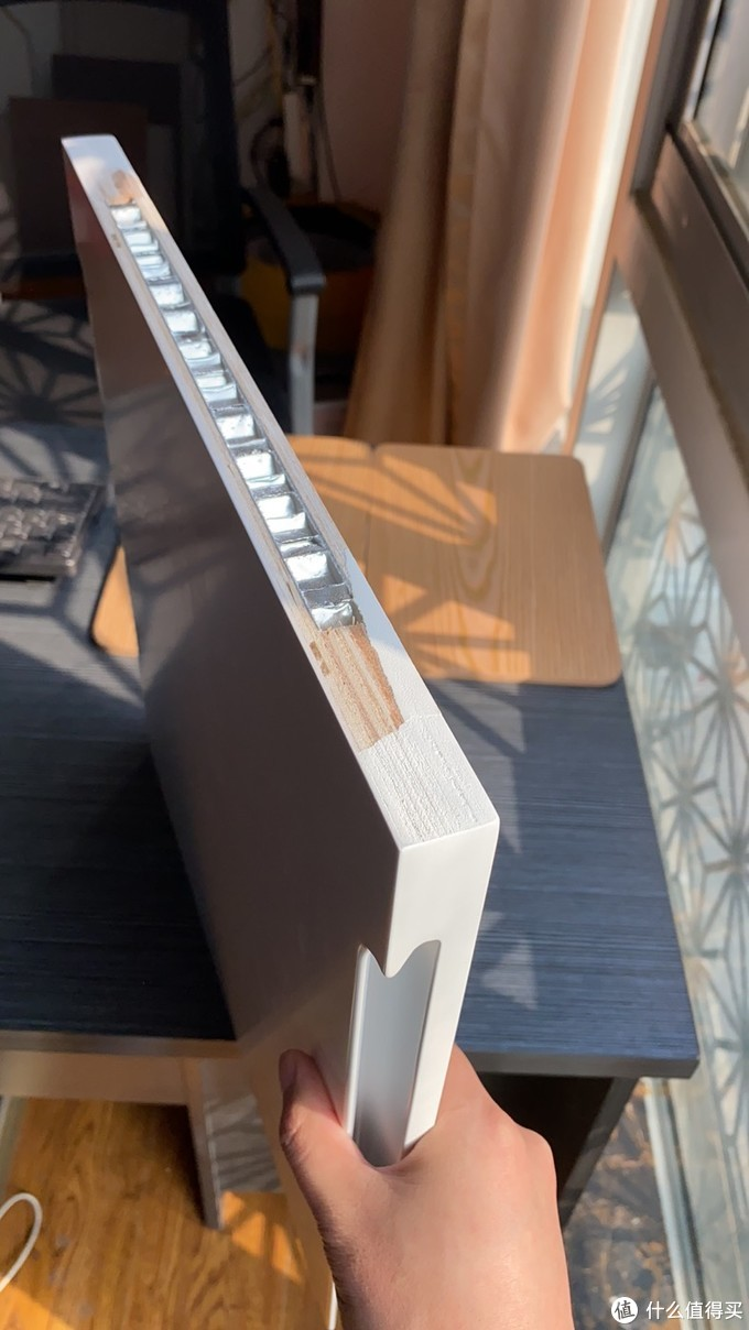 随着运用在家家户户的柜门,都会出现各种各样的变形,柜门从单纯的18厚多层板--21厚多层板--顺向板(结构同多层板,就是换个方向的叠加)--25厚多层板+铝蜂窝,当然还有拉直器,个人认为适用于密度板、颗粒板的柜门,如vifa,都是为了进一步防止变形