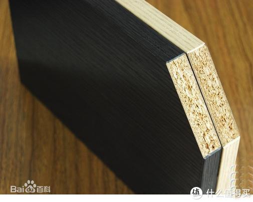 实木颗粒免漆板,材质为实木颗粒,表面贴纸,四周封边条,常用于板式家居的柜体和柜门。生产方便、质量稳定,不易变形,握钉力弱,需要好的机器封边,四周才更好看,厂家有激光封边的更好,远胜工地木工师傅的传统手艺。