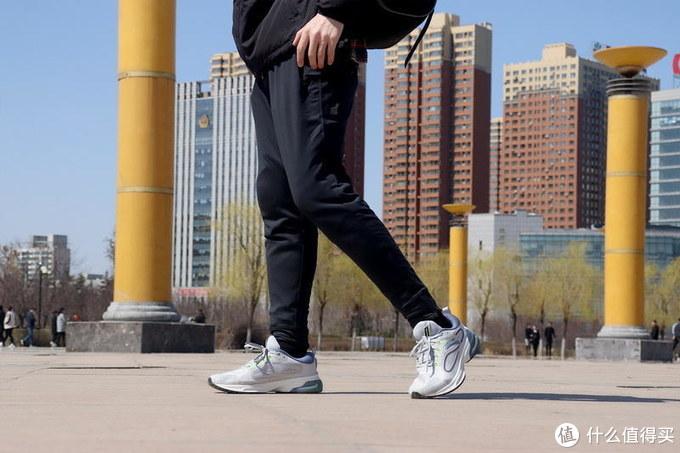 出汗速干,面料为上:90分男子轻薄吸湿排汗运动长裤体验