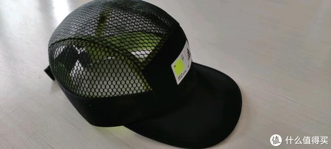 帽子侧视图,可以看到相当的透气