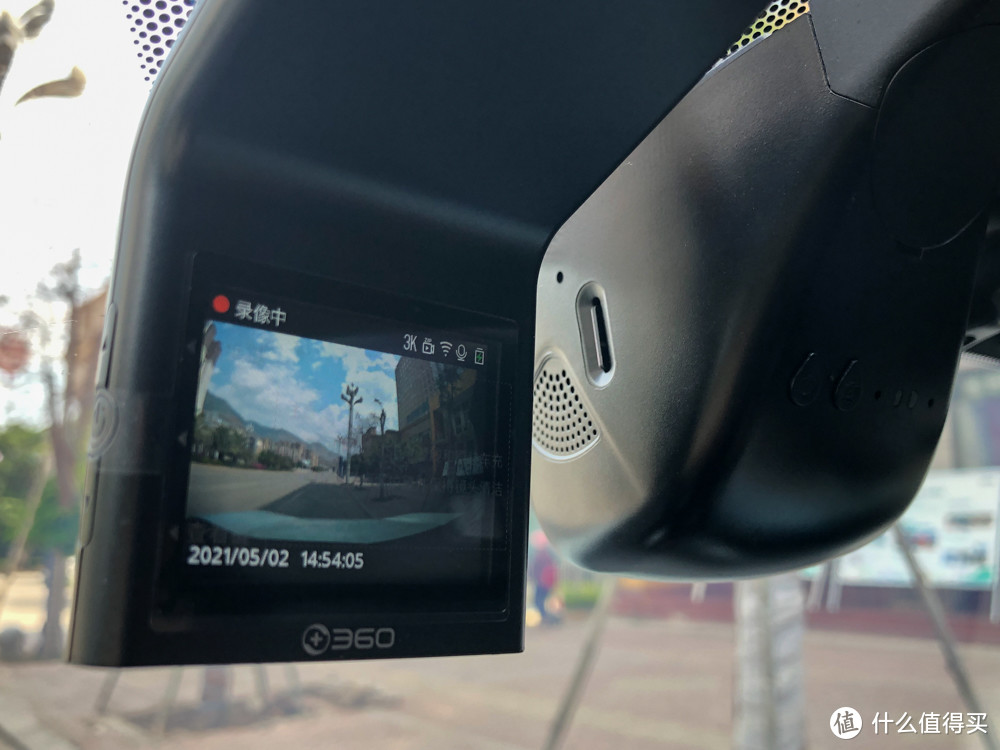 旁边是日产原厂的智慧眼记录仪,没有屏幕显示,但是同样有WIFI连接,二者售价相仿