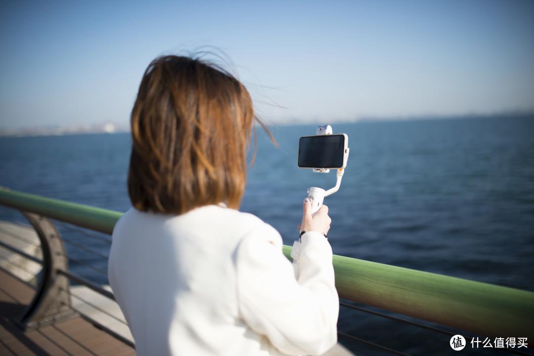 小姐姐视频首秀!体积小、重量轻、功能强!浩瀚卓越V2 AI跟拍稳定器,手机出大片就是这么轻松!