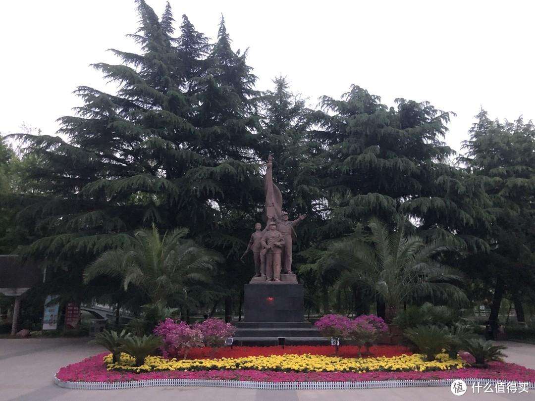 长安公园西门口经典的工农兵雕像
