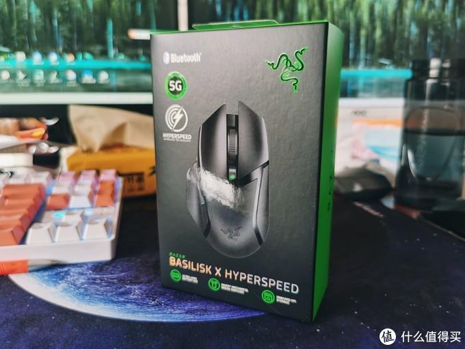 撕掉外面的硫酸纸,包装盒比较简洁,正面罗列了产品外观,蓝牙标示,5G传感器,HYPERSPEED技术等等,最重要有一个雷蛇的品牌标志。