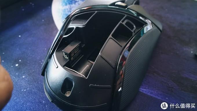 跟网上反映的基本情况差不多,鼠标接缝处不够严谨。长期使用可能会在接缝处积灰,长期使用得注意清洁。后部有磁吸式盖子,掀开盖子,就能看到内部电池仓和一个2.4G适配器静静的插在里面。