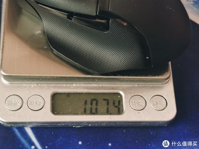 装上原配电池,重量来到了107.4g。用了一下感觉还好,对于我这种大手人士来说不轻不重。
