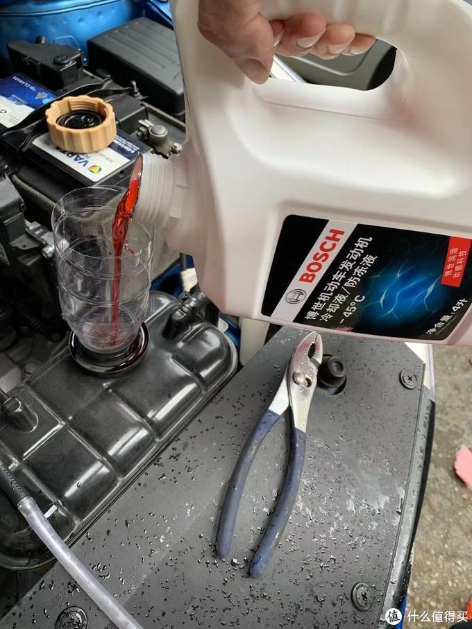然后加入新防冻液,慢慢加,加了再等一会儿,等管路内的空气出来,液位又会下去。
