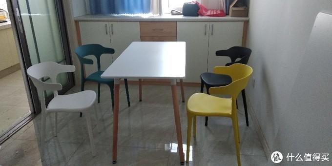 桌的四腿脚底有可调胶垫