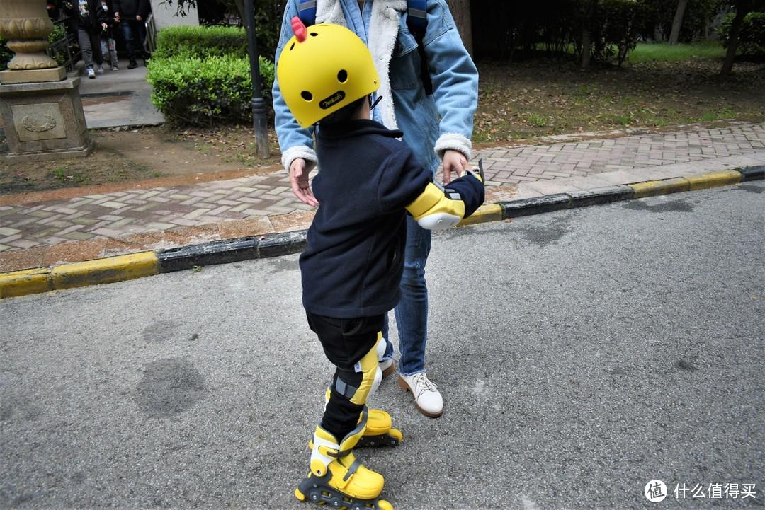 轮滑没那么难!用童趣激发孩子的运动力:柒小佰儿童轮滑鞋套装精品分享
