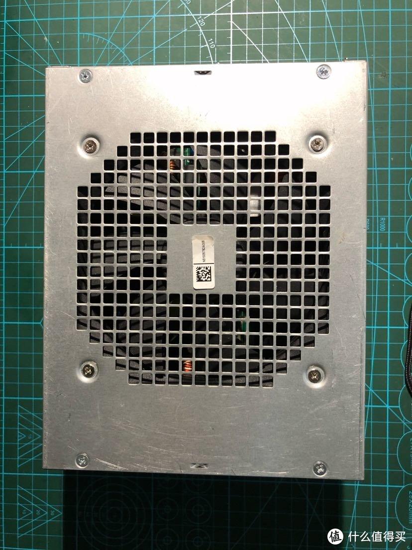 从排风扇处往里观察,有均匀的浮灰,看上去不像是拆机修复过。这个标签扫不出信息。
