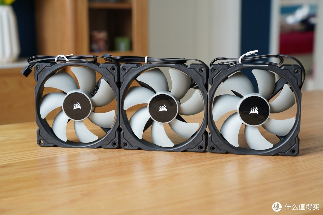 自带三把ML120PWM风扇,不过不支持RGB灯效。