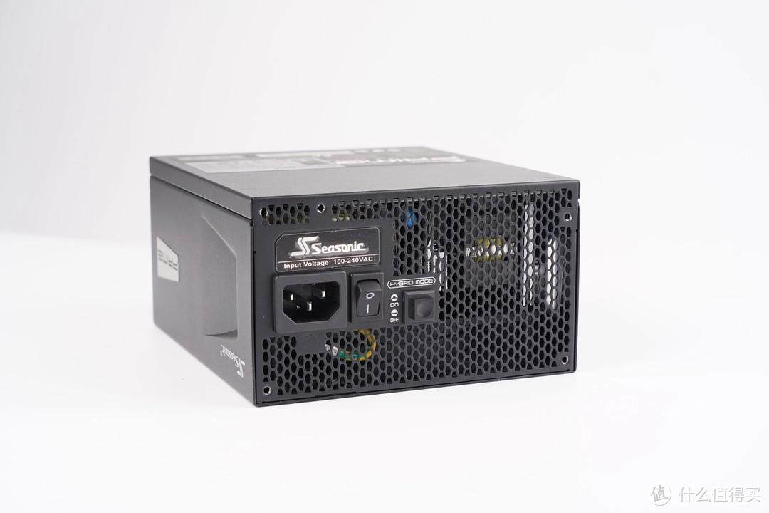 尾部除了电源开关外之外,还有电源风扇的Hybrid Mode温控开关,可以调节静音模式与普通模式。