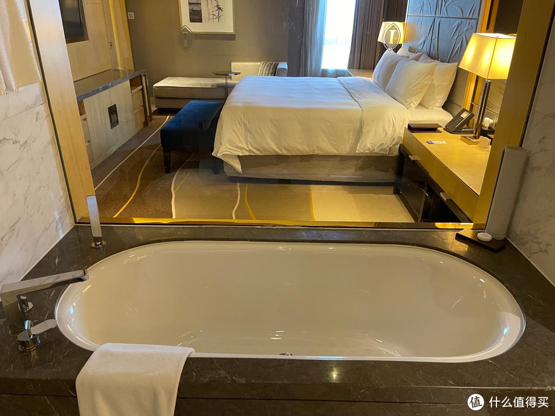 浴缸和卧室