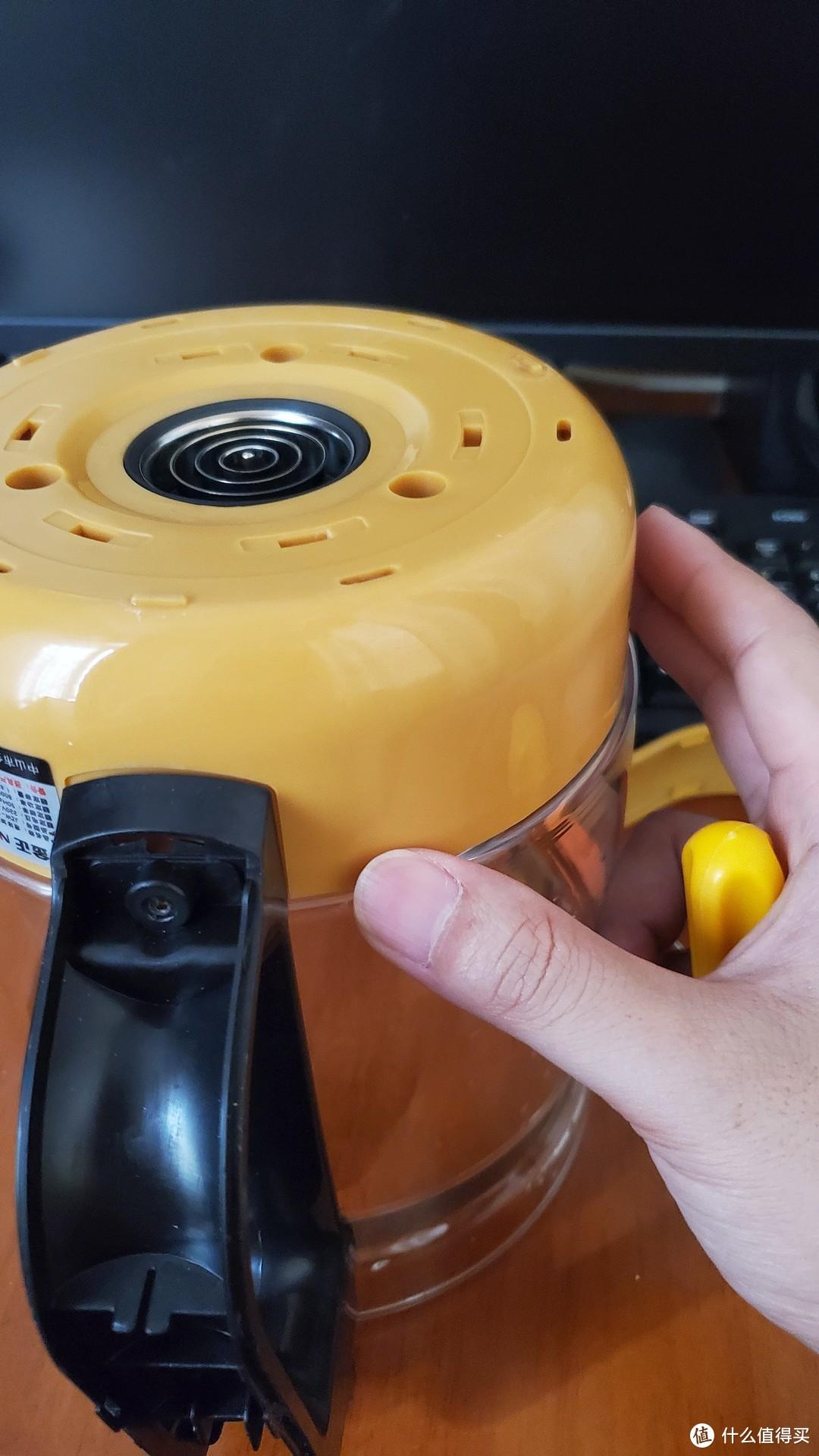然后固定好连接器上座,把底座黄色的部分盖回去,调整好手柄的位置正对壶嘴。这时才彻底拧好加热盘的三颗固定螺丝。这两张图是我都装好了才发现位置不对,又拆开来调整拍的。