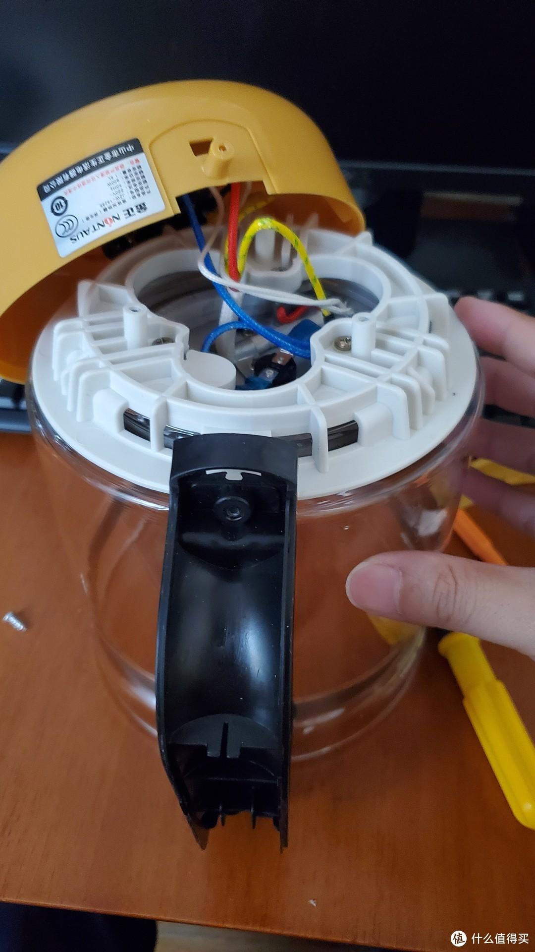 三颗固定加热盘的螺丝不要一下就拧紧,用手指感受一下白色的塑料固定座是否居中