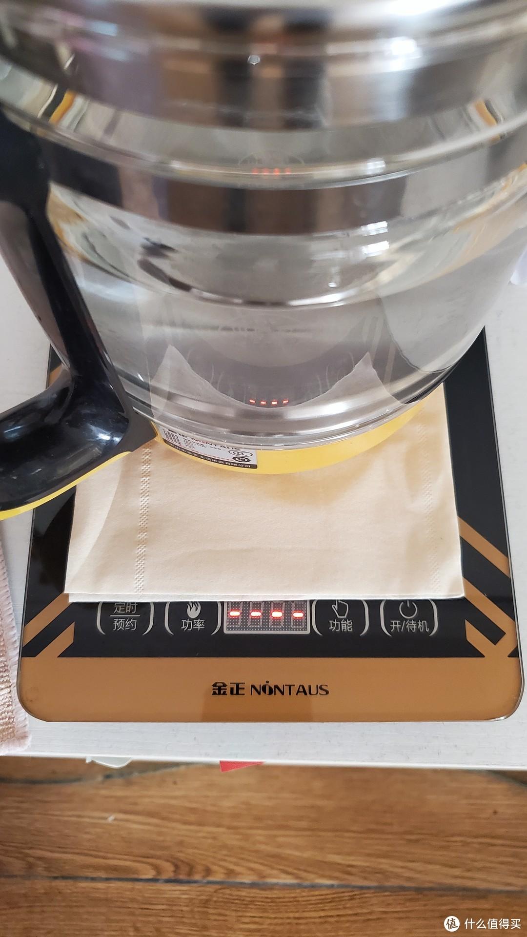 擦干壶底,垫张纸巾,然后烧水。