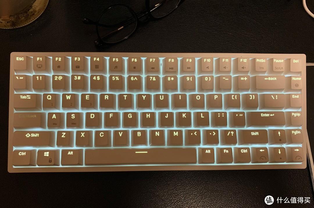 图片是真心照得不好,你想啊纯白的键盘配色加白光,不调都是好看的,她还有10来种灯光模式可选,有几种都是好看能用型。