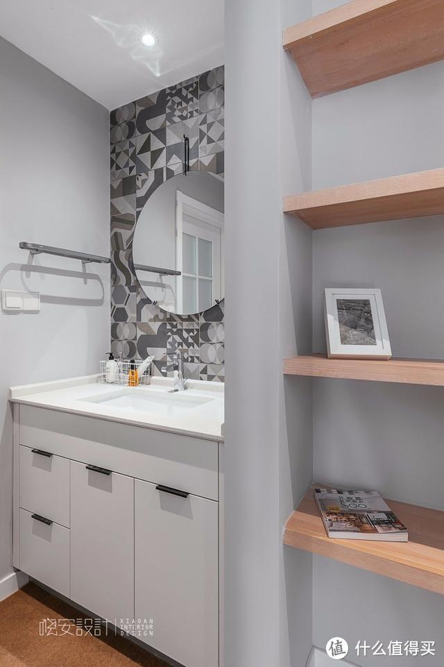 别再黑白灰了,学她家装修,不做背景墙、不做繁杂造型,却漂亮极了