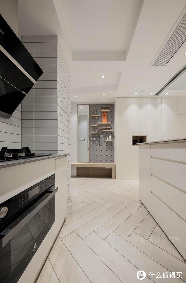 舍弃客厅,不买餐桌,卧室床悬空,他家86㎡堪称小户型装修的榜样