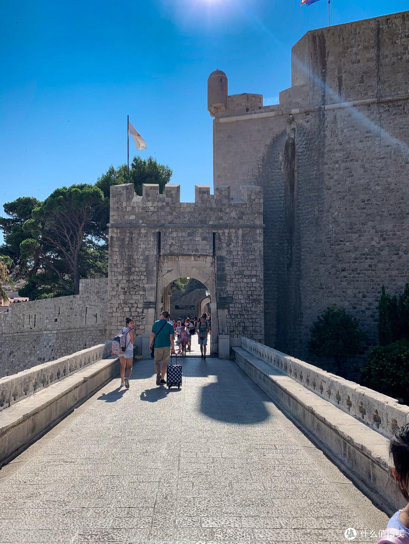 从机场出来乘坐大巴,到达老城车站以后就是老城东边的Ploce Gate门第五季中游街示众的瑟曦返回红堡时就是从Ploce Gate进入城门的。
