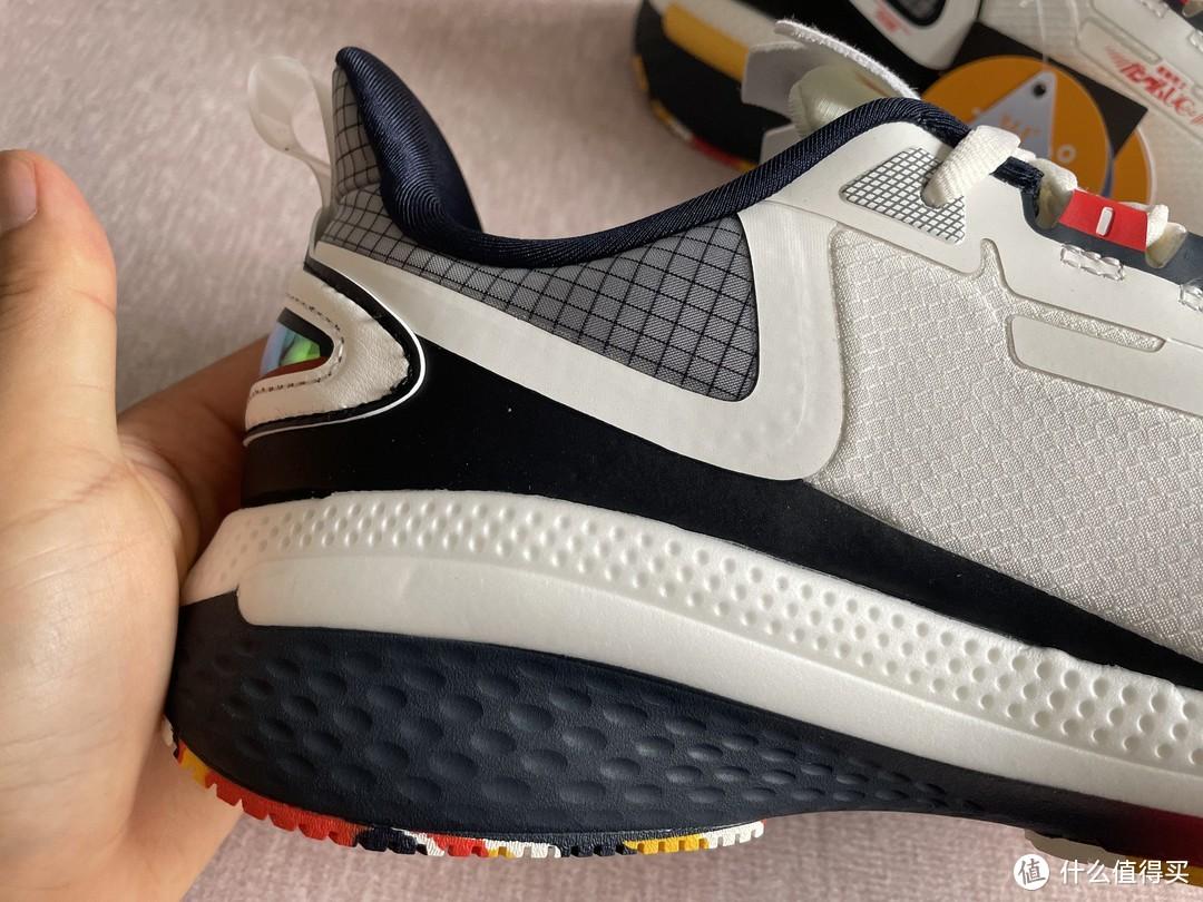 鞋子的整体层次感明显,TPU为延伸包裹设计,普通运动鞋,就不说防侧翻之类的话了