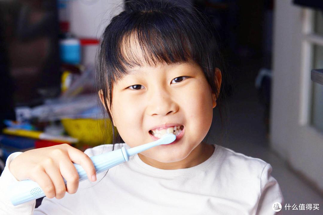 该给孩子挑怎样的电动牙刷?刷毛软能指导会评分 让孩子爱上刷牙
