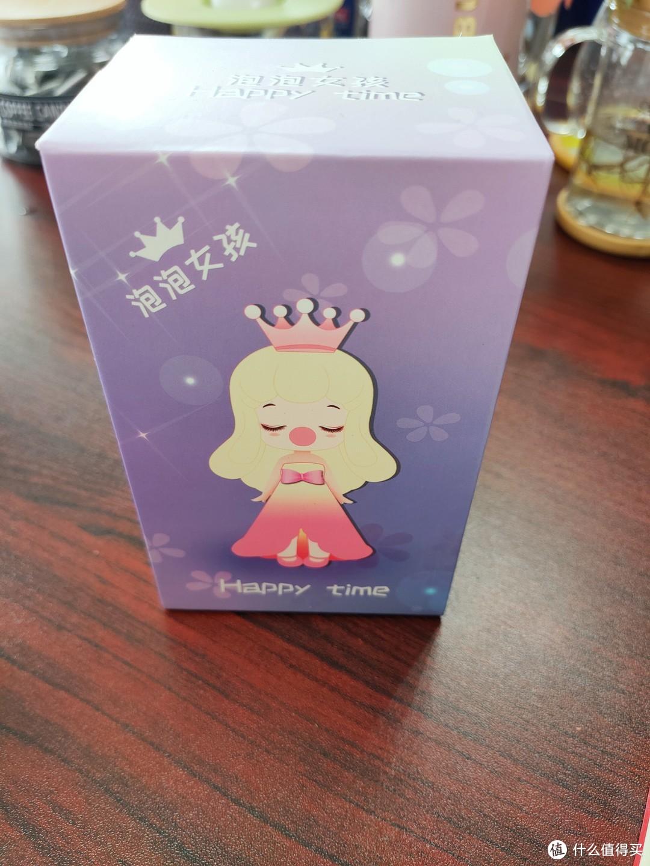 盒子简简单单,充满罗曼提克幻觉的浅紫色,很温柔,带点神秘。盒子上是粉色公主,温温柔柔,戴着皇冠,胸前有个蝴蝶结。背景紫色图案上是很多五瓣花。