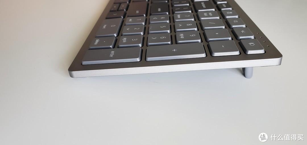 键盘有两个小脚,稍微增加点高度