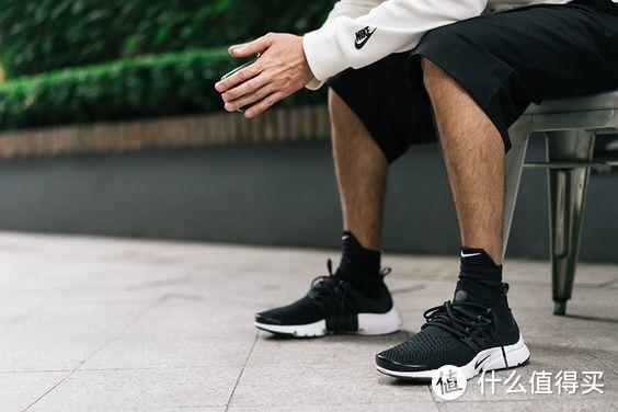 稍微盖过膝盖的西裤,突出sneaker
