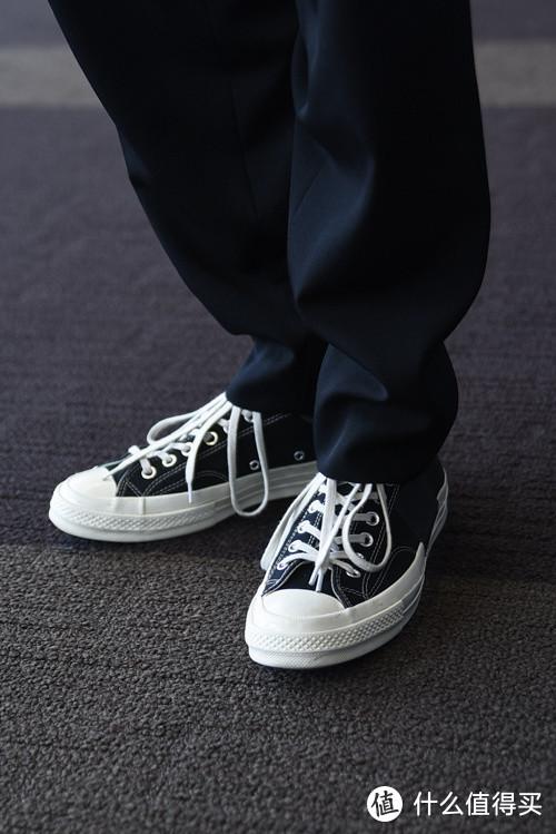 长款西裤的垂感与匡威完美融合