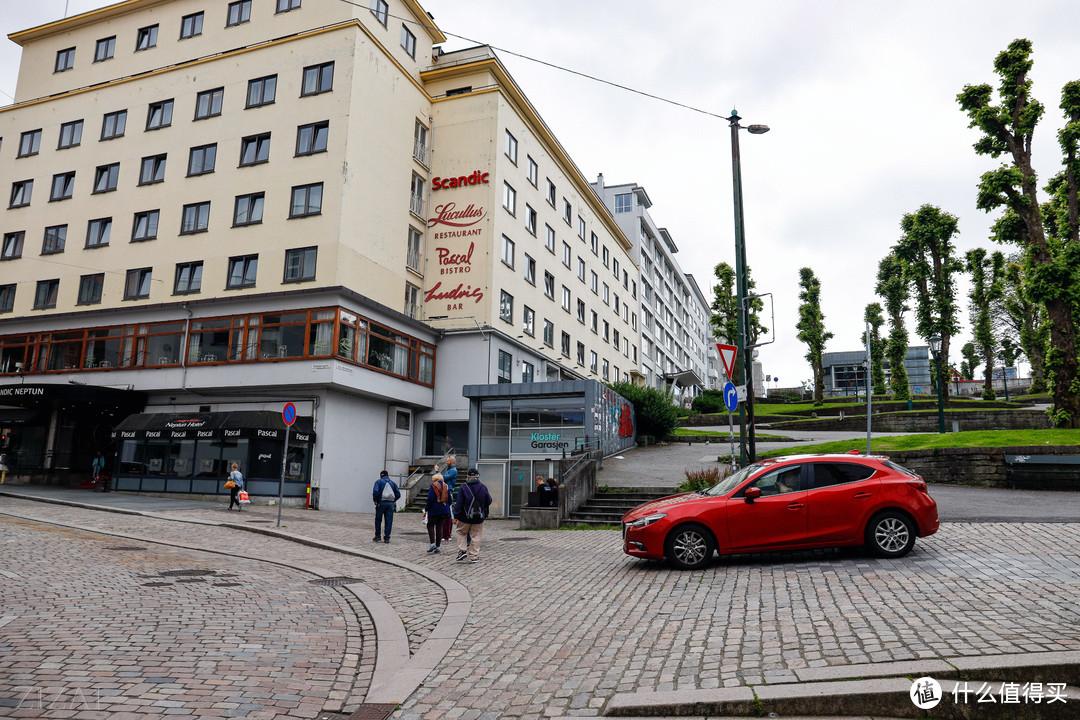 卑尔根这家scandic酒店的地理位置就在码头边上,走路两分钟到码头。酒店的大堂非常漂亮,据说是挪威一个有名的设计师设计。酒店隔壁有停车场,自己在机器上输入车牌号和停车时间就好,24小时的停车费220克朗。