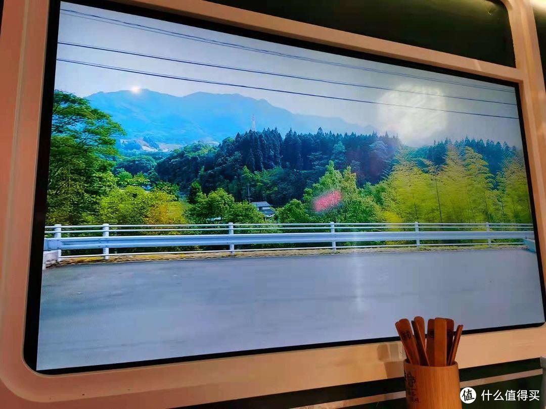 """看着窗外流动的风景,""""况且况且""""假装在绿皮火车上吃的串串香"""