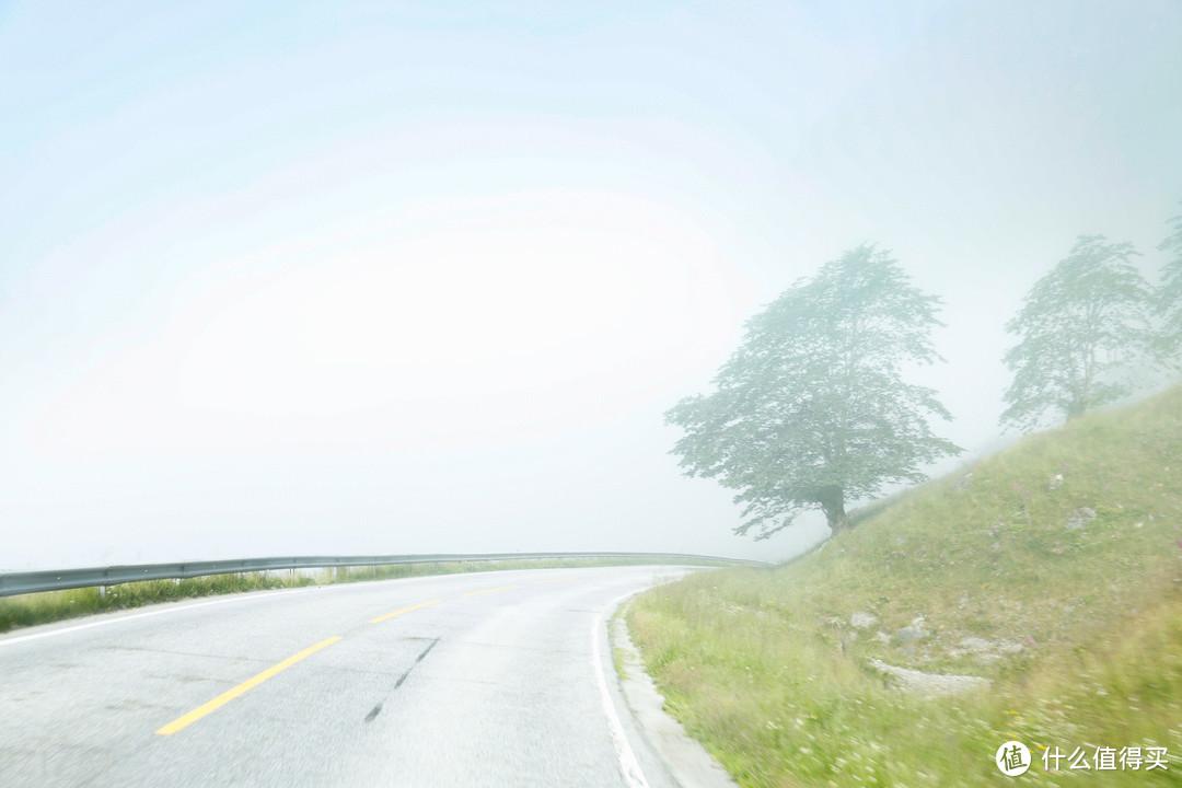 从住宿营地开出来,路上的大雾都还没有散,这么浓的迷雾不禁想起上次在阿姆斯特丹海滨公路的梦幻场景