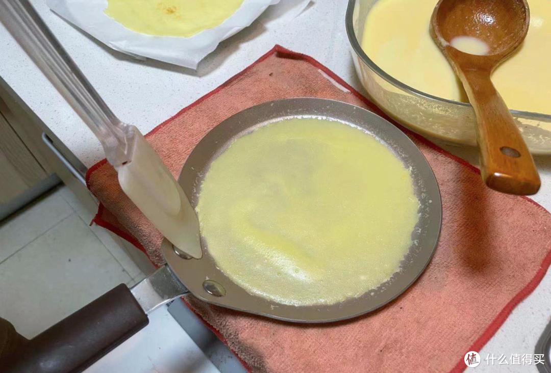 用硅胶叉,将饼皮四周分离