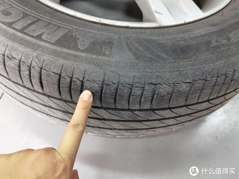 这就是轮胎老花花纹,导致原因自然老化,也有经常低压力行驶导致橡胶提前老化,一定切记轮胎要在正确压力数。此处精华避坑指南:有些轮胎店告诉你轮胎出现这样裂纹就告诉你轮胎老花让你更换轮胎,其实轮胎还是可以继续用的,安全性上问题不大,就是为了挣你钱!你懂的!但是如果超过五年就不建议了,换了吧。