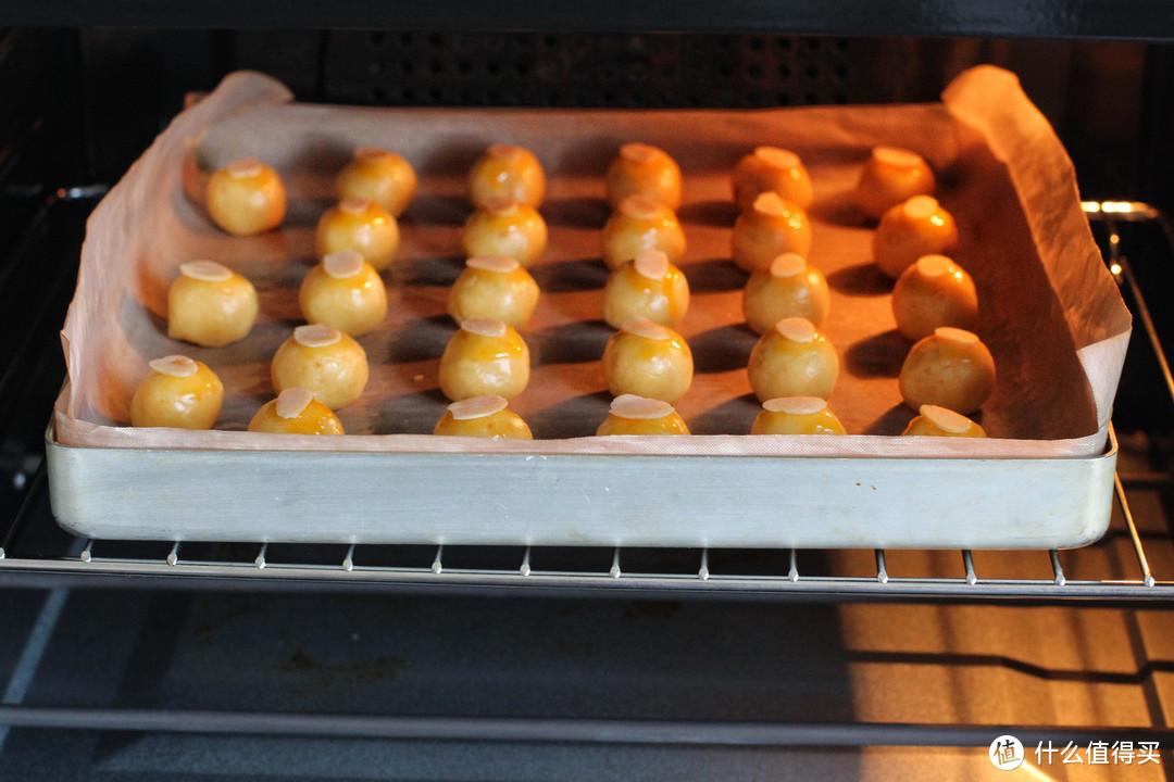 把咸蛋黄加到饼干中,咸香酥松一口一个,简单零失败新手也能成功
