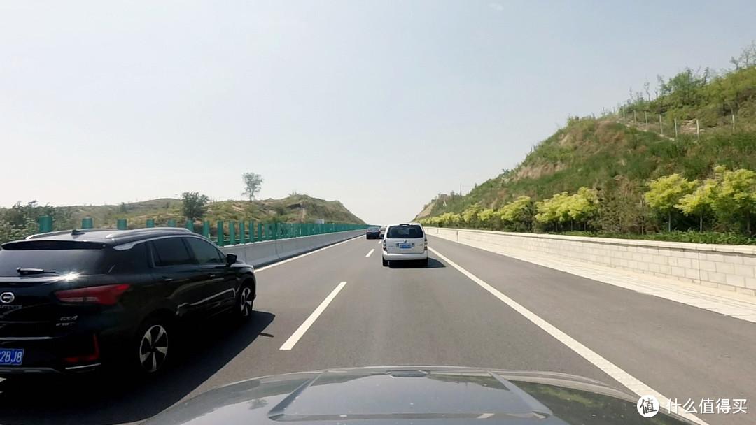 快车道上的一辆慢车,可以拖垮整个车流的速度