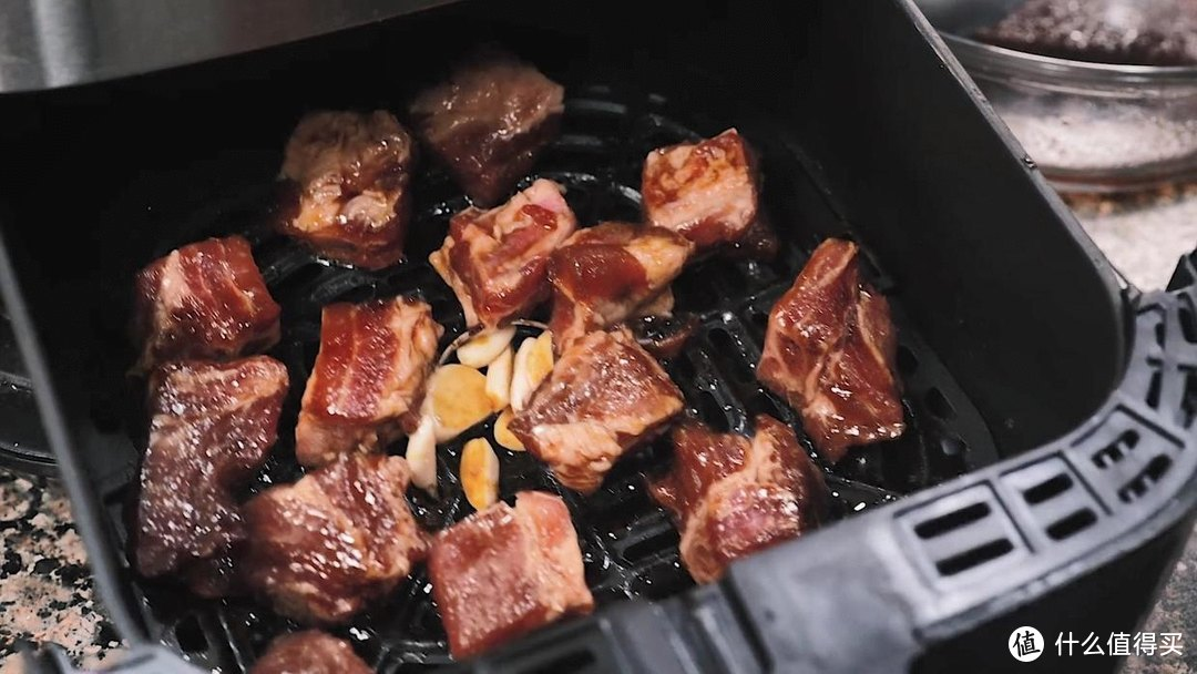 空气炸锅做蒜香炸排骨,色泽漂亮,吃起来香喷喷的