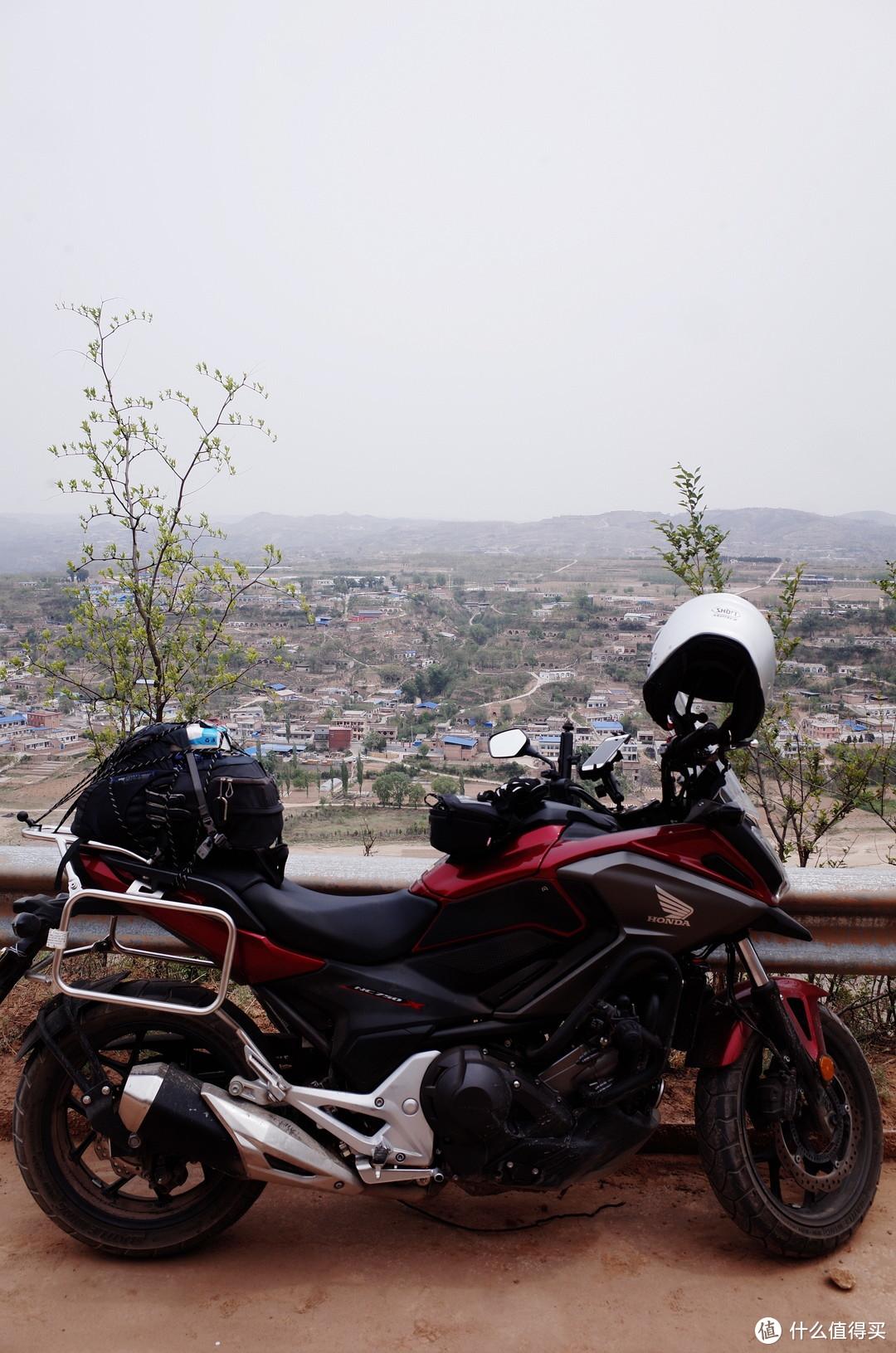 从村道俯瞰对面的山西省