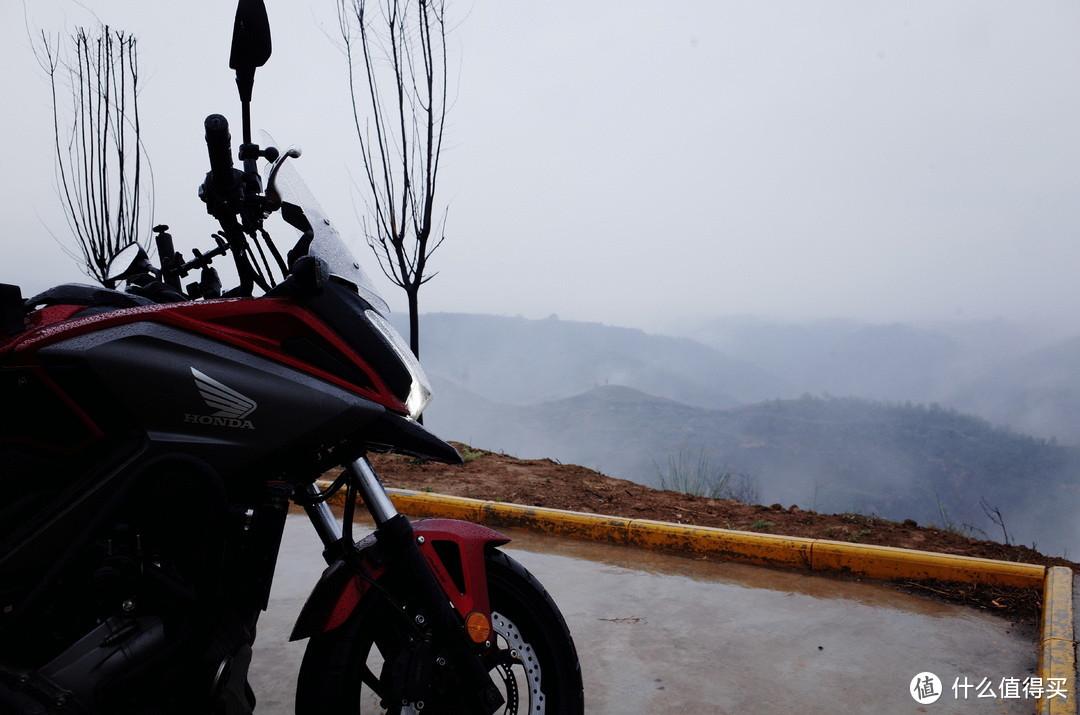 群岭环绕中烟雾弥漫,谁曾想是这里是黄土高坡